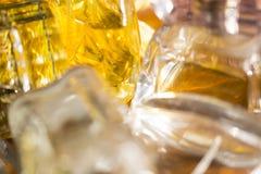 Luces y reflexiones de los colores en botellas de perfume Imagen de archivo libre de regalías