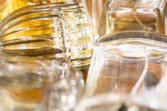 Luces y reflexiones de los colores en botellas de perfume Imágenes de archivo libres de regalías