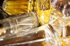 Luces y reflexiones de los colores en botellas de perfume Foto de archivo