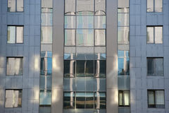Luces y sombras en el edificio de la fachada Imagenes de archivo