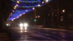Luces y tráfico de calle de la Navidad en Rumania almacen de metraje de vídeo