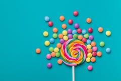 Lucette douce et pilules colorées de bonbons au chocolat image libre de droits