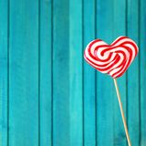 Lucette en forme de coeur pour le fond de turquoise de jour de valentines Photo libre de droits