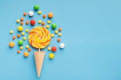 Lucette en spirale de sucrerie sur le fond bleu, vue supérieure photographie stock libre de droits