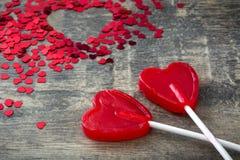 Lucette rouge avec la forme de coeur sur le fond en bois Photo stock