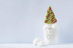 Lucette sous forme d'arbre de Noël dans le seau décoratif Image stock