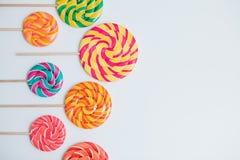 Lucettes étonnantes sur des bâtons sur la table blanche Sucrerie douce de caramel Images stock