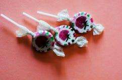 Lucettes colorées de fruit sur un fond rose, malsain mais le del Images stock