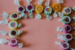 Lucettes colorées de fruit sur un fond rose, malsain mais le del Images libres de droits