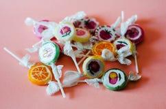 Lucettes colorées de fruit sur un fond rose, malsain mais le del Photographie stock libre de droits