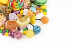 Lucettes colorées et différent colorés autour de la sucrerie Vue supérieure photographie stock libre de droits