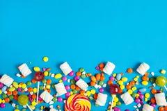 Lucettes colorées et différent colorés autour de la sucrerie Vue supérieure photos libres de droits