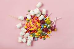 Lucettes colorées et différent colorés autour de la sucrerie Vue supérieure photos stock