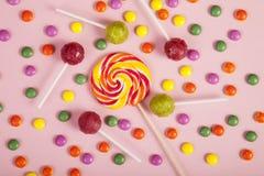 Lucettes colorées et différent colorés autour de la sucrerie Vue supérieure photographie stock