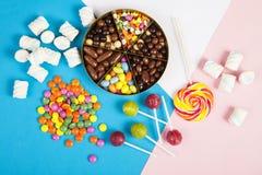Lucettes colorées et différent colorés autour de la sucrerie Vue supérieure images stock