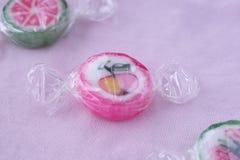 Lucettes colorées et sucrerie ronde colorée différente de fruit dans le wr Photos stock