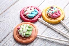 Lucettes colorées savoureuses sur le fond en bois Images libres de droits