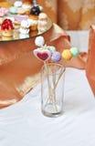 Lucettes colorées sur la table blanche Coeur et lucettes formées rondes Image libre de droits
