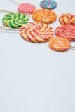 Lucettes délicieuses sur des bâtons sur la table blanche Sucrerie douce de caramel C Image stock