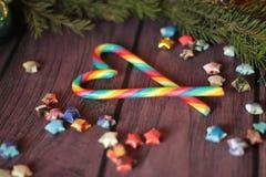 Lucettes de canne de sucrerie et branche d'arbre de Noël Photographie stock libre de droits
