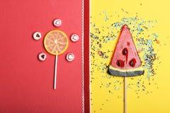 Lucettes et sucreries avec le signe de coeur de valentine Photo stock