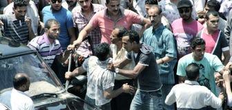 Lucha callejera, lío y cólera debido a accidente de tráfico en calle del tahrir en El Cairo en Egipto en África Foto de archivo libre de regalías