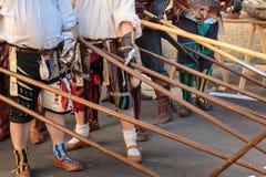 Lucha con las lanzas europeas medievales, armas de poste: Ejes y Po Fotos de archivo libres de regalías