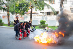 Lucha contra el fuego que entrena a práctica Imagen de archivo libre de regalías