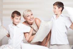 Lucha de almohada de la familia Foto de archivo libre de regalías