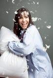 Lucha de almohadilla con la mujer feliz Imagenes de archivo