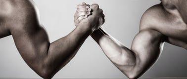 Lucha de brazo de dos hombres Rivalidad, primer del pulso masculino Dos manos Hombres que miden las fuerzas, armas Mano que lucha fotos de archivo