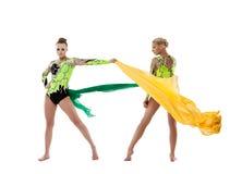 Lucha de dos gimnastas de la belleza con la tela del vuelo Foto de archivo libre de regalías