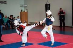 Lucha de las muchachas en el Taekwondo Imagen de archivo libre de regalías