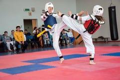 Lucha de las muchachas en el Taekwondo Imagenes de archivo