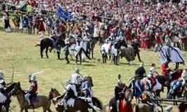 Lucha de los caballeros con las espadas en caballos foto de archivo libre de regalías