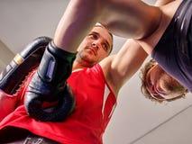 Lucha de los hombres en un estilo del boxeo Fotografía de archivo