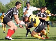 Lucha de los jugadores del rugbi para la bola Fotos de archivo