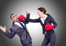 Lucha de los pares de la oficina aislada en blanco Imagen de archivo