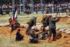 Lucha de los soldados debajo de la bandera alemana Imagen de archivo
