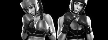 Lucha del boxeador de las mujeres Aislado en fondo negro Concepto del deporte Fotografía de archivo libre de regalías
