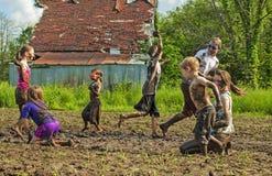 Lucha del fango de 7 siete niños foto de archivo libre de regalías
