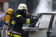 Lucha del fuego contra el coche ardiente Fotos de archivo