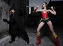 Lucha del super héroe y del bandido del mal imagen de archivo libre de regalías