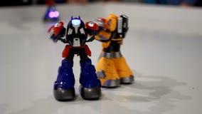 Lucha del transformador del robot del juguete Primer de la lucha del robot del transformador metrajes