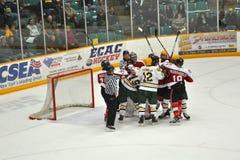Lucha en un juego de hockey del NCAA Imagenes de archivo