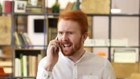 Lucha enojada agresiva del hombre, gritando en el teléfono, problema metrajes