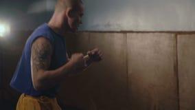 Lucha libre del entrenamiento moderno de los cossacks en el gimnasio en 4K almacen de video