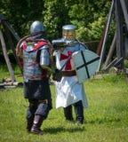 Lucha medieval de la espada de dos guerreros Imagenes de archivo