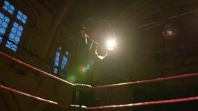 Luchador Backflip que se zambulle Moonsault de la cuerda superior durante el combate de lucha, cámara lenta almacen de metraje de vídeo