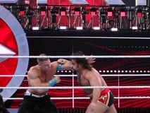 Luchador John Cena de WWE y soplos intercambiados Rusev durante wrestlin Imagen de archivo libre de regalías